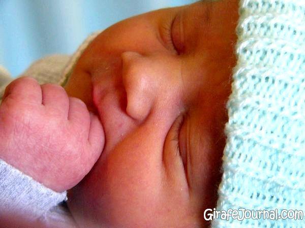 Срыгивание и икота у новорожденных